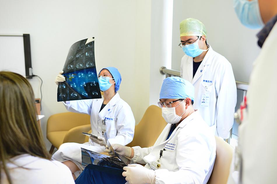 专家团队为患者会诊。 本文图片均为复旦大学附属肿瘤医院提供