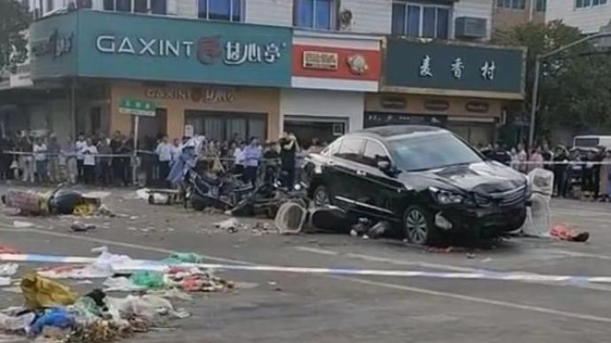 轿车在浙江温岭菜场碰撞行人致十余人受伤,肇事司机已被抓获