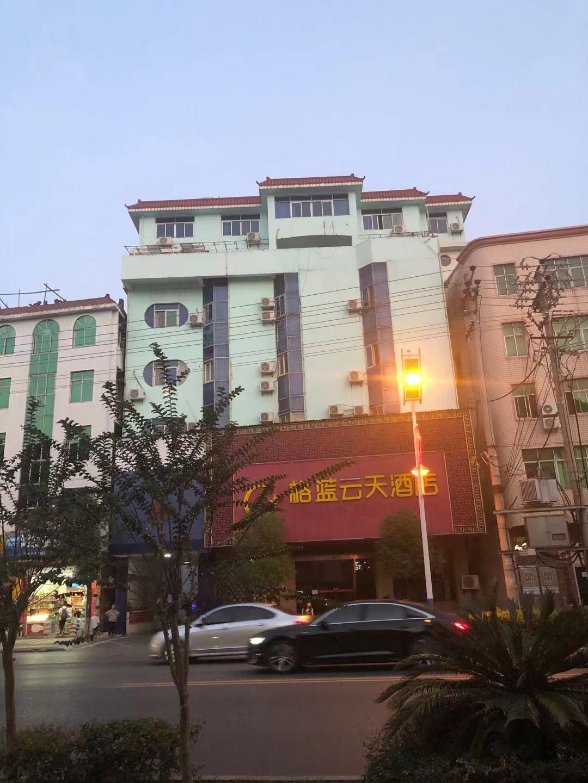 KTV在附近一家酒店租了一些房间,供KTV部分管理人员和外地员工居住,相当于是
