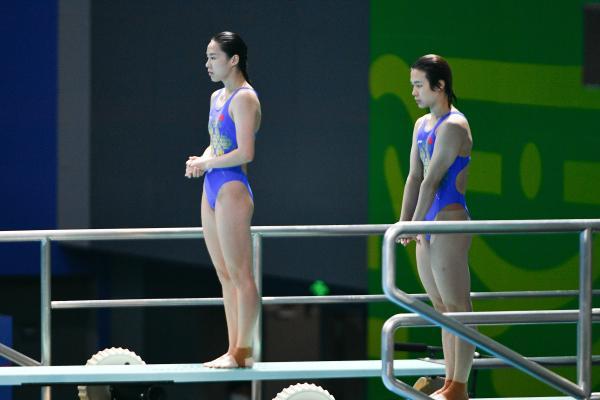 施廷懋(右)、王涵在比賽中