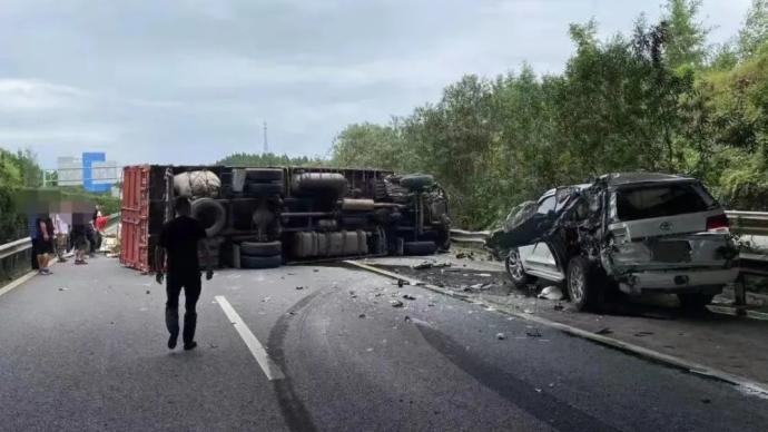 高速路上開倒車至大貨車側翻,四川一司機駕照將被記12分
