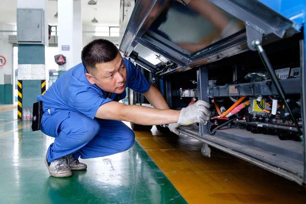 杨高公交修理人员检查车辆防漏水情况