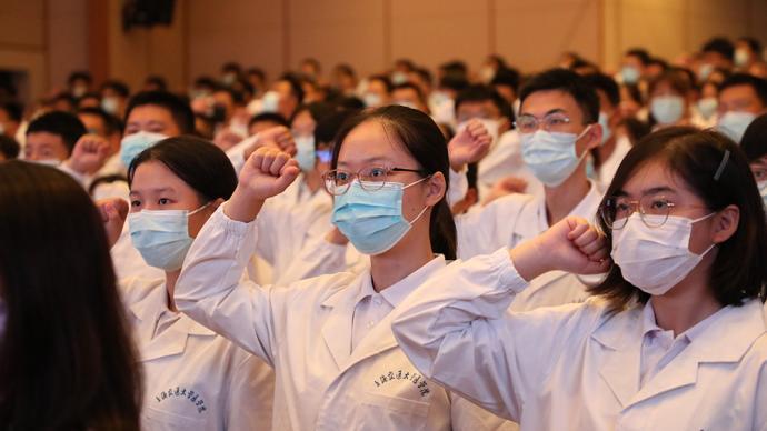 交大醫學院舉行新生開學典禮,以王振義為原型的大師劇上演