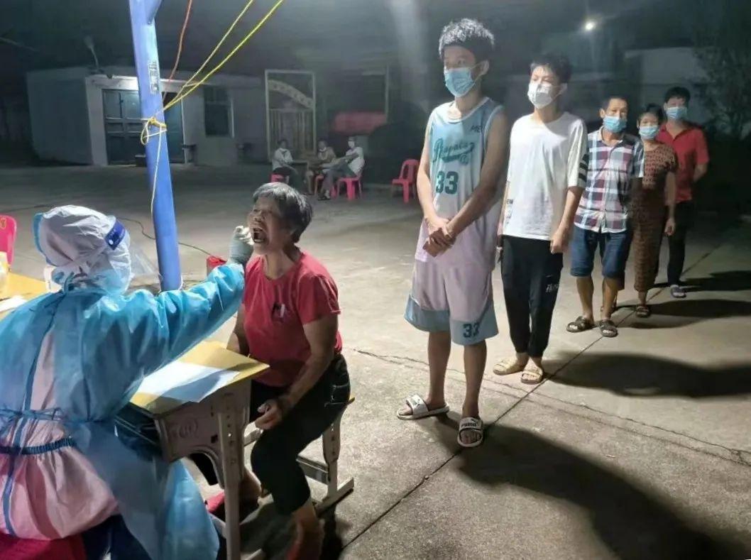 医务人员为居民做核酸采集 《仙游今报》供图