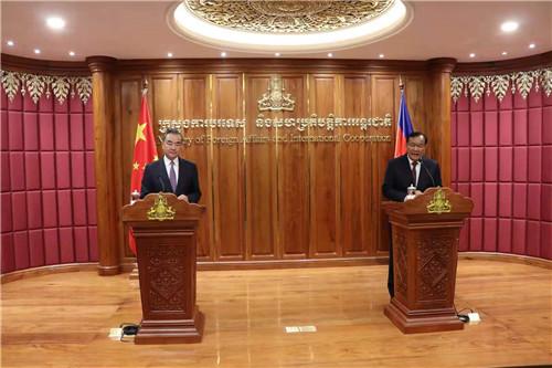 9月12日,国务委员兼外长王毅在金边同柬埔寨副首相兼外交大臣布拉索昆举行会谈后共同会见记者。 外交部网站 图
