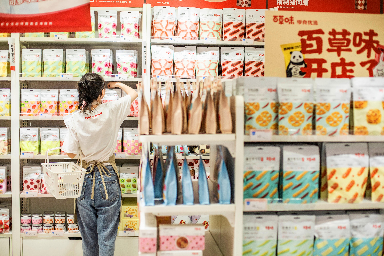 百草味零食优选门店货架陈列