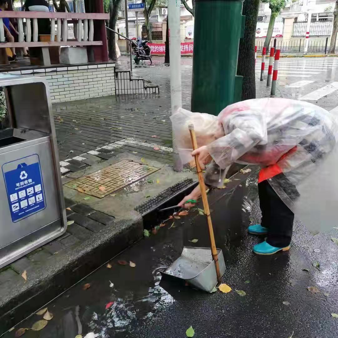 工作人员清理检查排水口。奉贤区供图