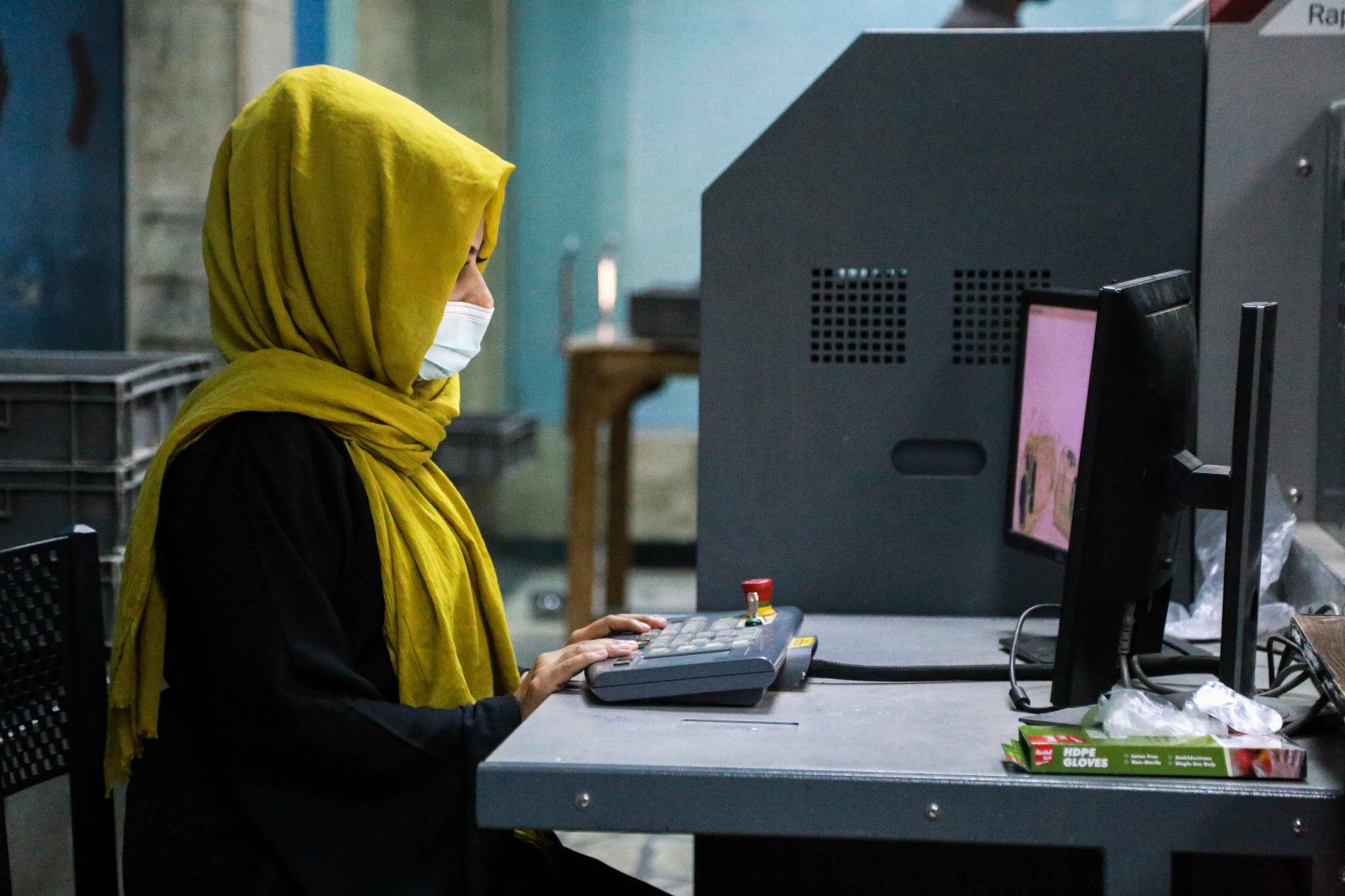 当地时间2021年9月13日,阿富汗喀布尔,喀布尔机场的女性安检人员返回机场工作。澎湃影像 图