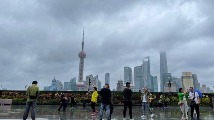 �D集 �_�L影��下的上海外��:斑�逃�恪㈤偕�雨衣、�晒饩�服