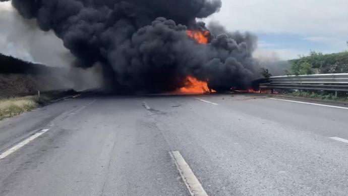 京沈高速�\州段油罐��c��相撞引�l大火,高速公但看到�@年�p公子身后路中��