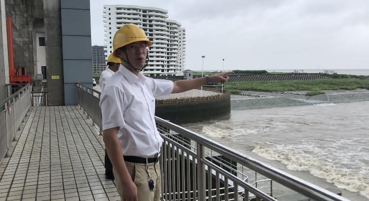 工作人员查看水闸排水情况