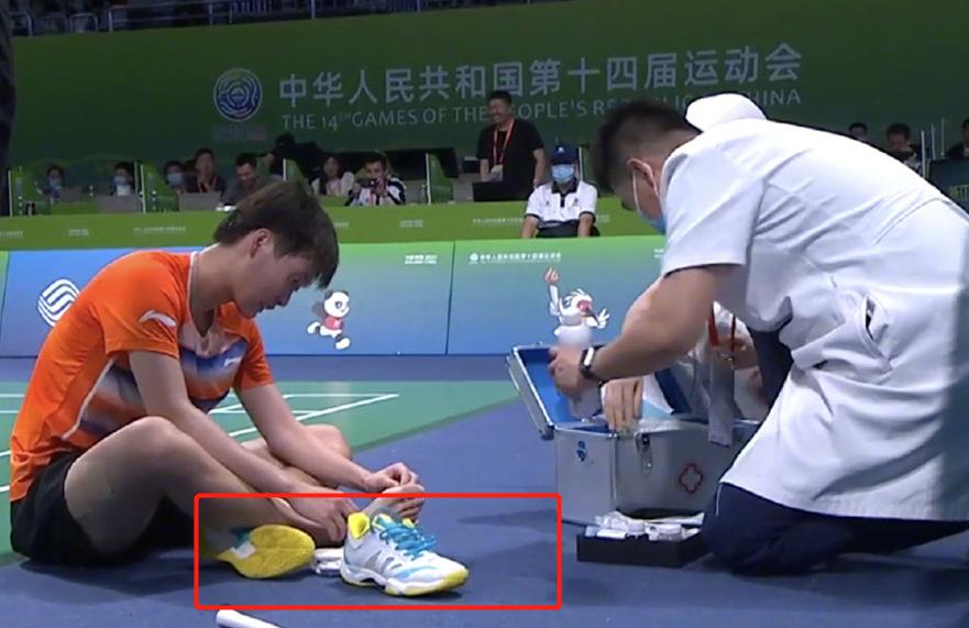 陈雨菲比赛中脚被运动鞋磨伤。 直播截图