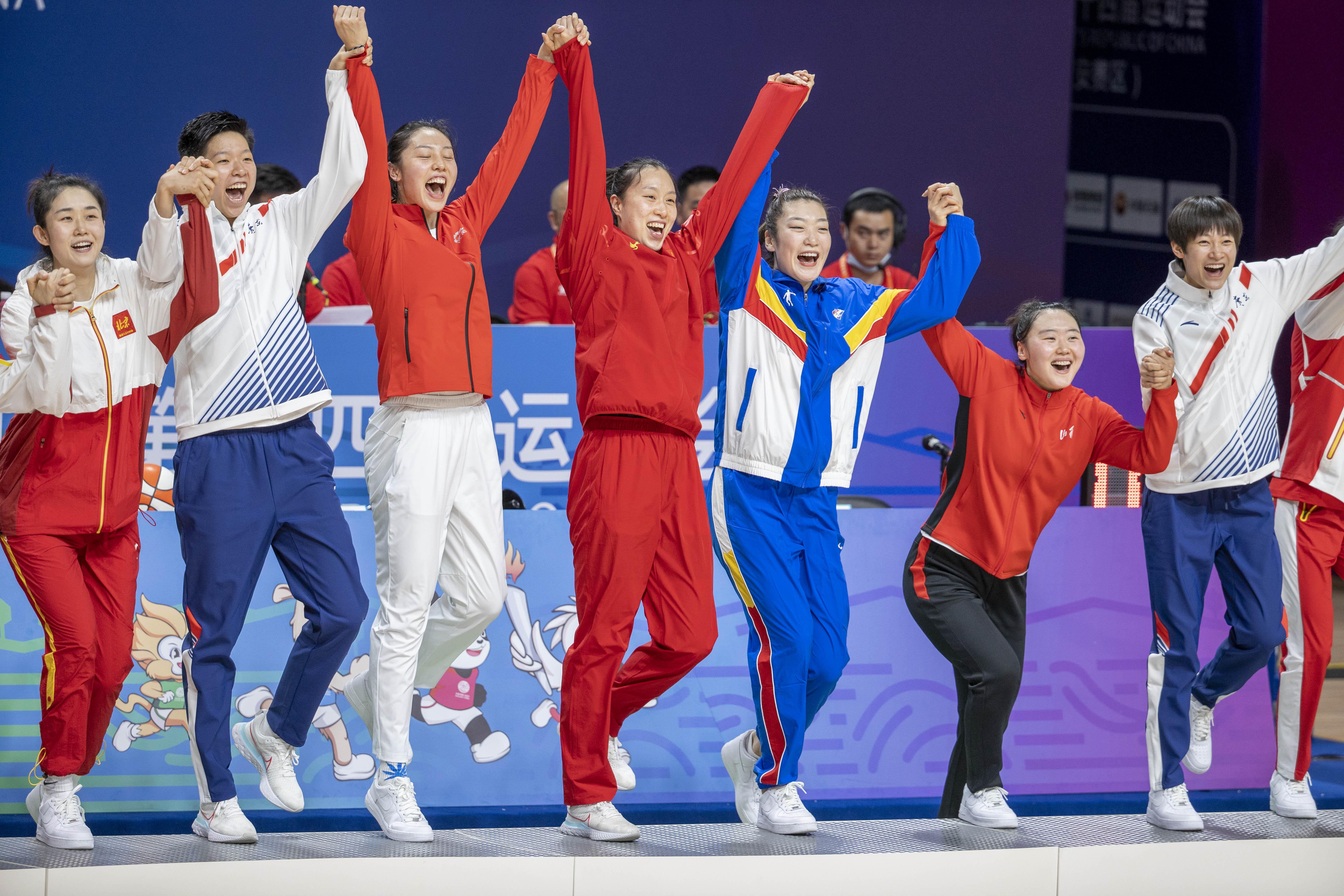中国女篮联合队队员换上各自省市的服装,登上冠军领奖台。