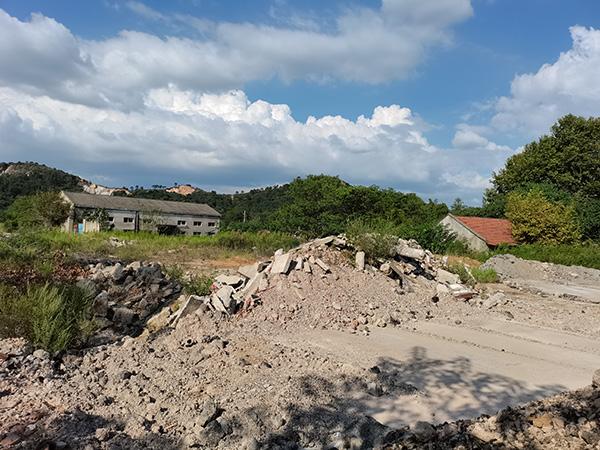 雷俊父亲开办的机械厂房拆迁后,留下一堆废墟。