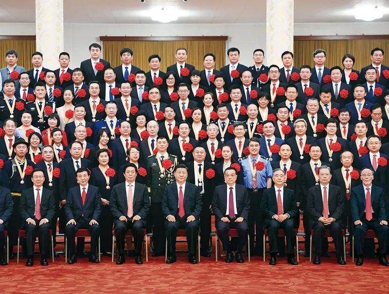 """2021年6月29日,庆祝中国共产党成立100周年""""七一勋章""""颁授仪式在北京人民大会堂金色大厅隆重举行。<p>习近平</p>等领导同志在颁授仪式前会见全国""""两优一先""""表彰对象。新华社记者 申宏/摄"""