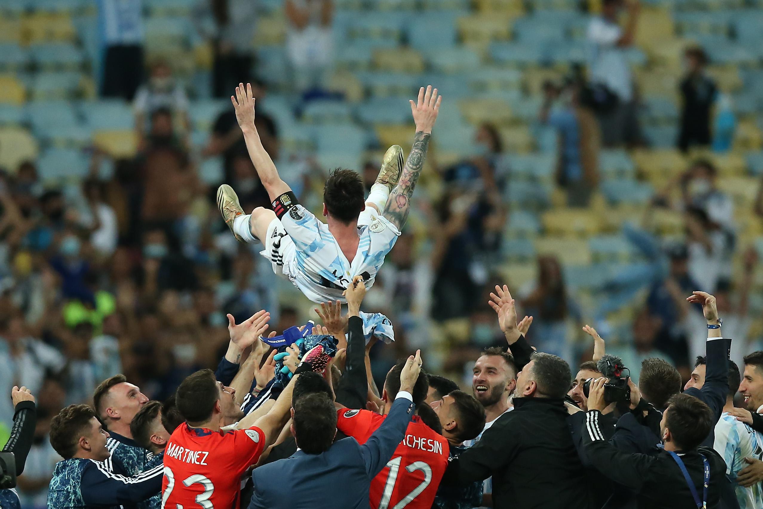 梅西终于率领阿根廷队拿下美洲杯。