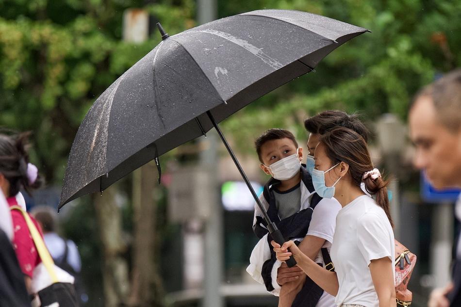 2021年9月10日,上海南京西路,降雨导致温度下降,家长给孩子披上外套。