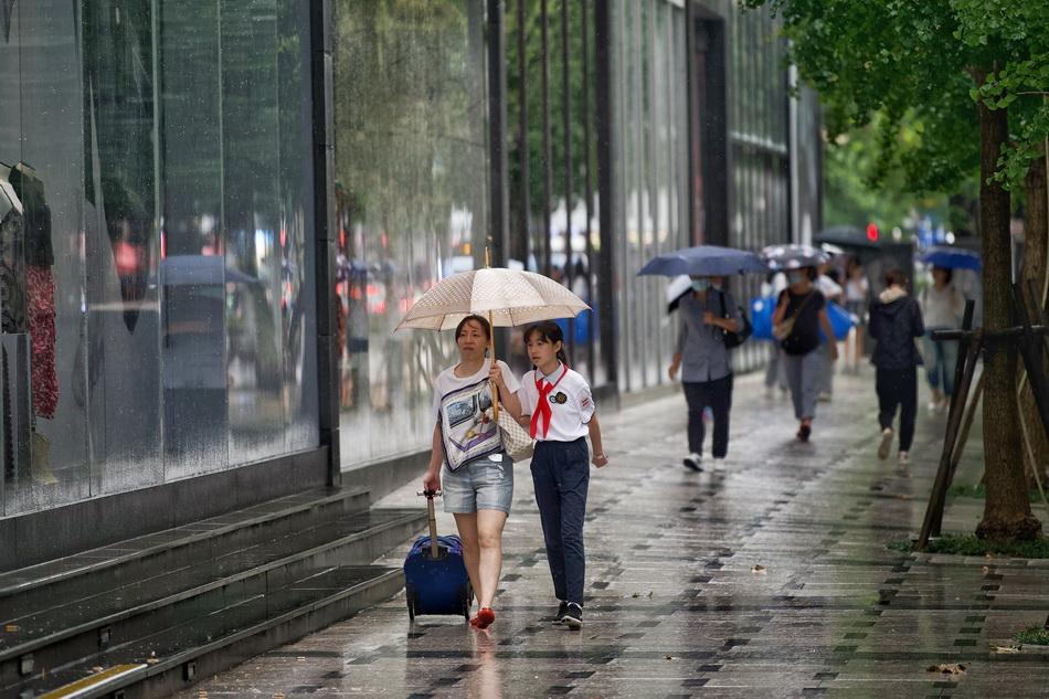 2021年9月10日,上海南京西路,行人纷纷打起雨伞。