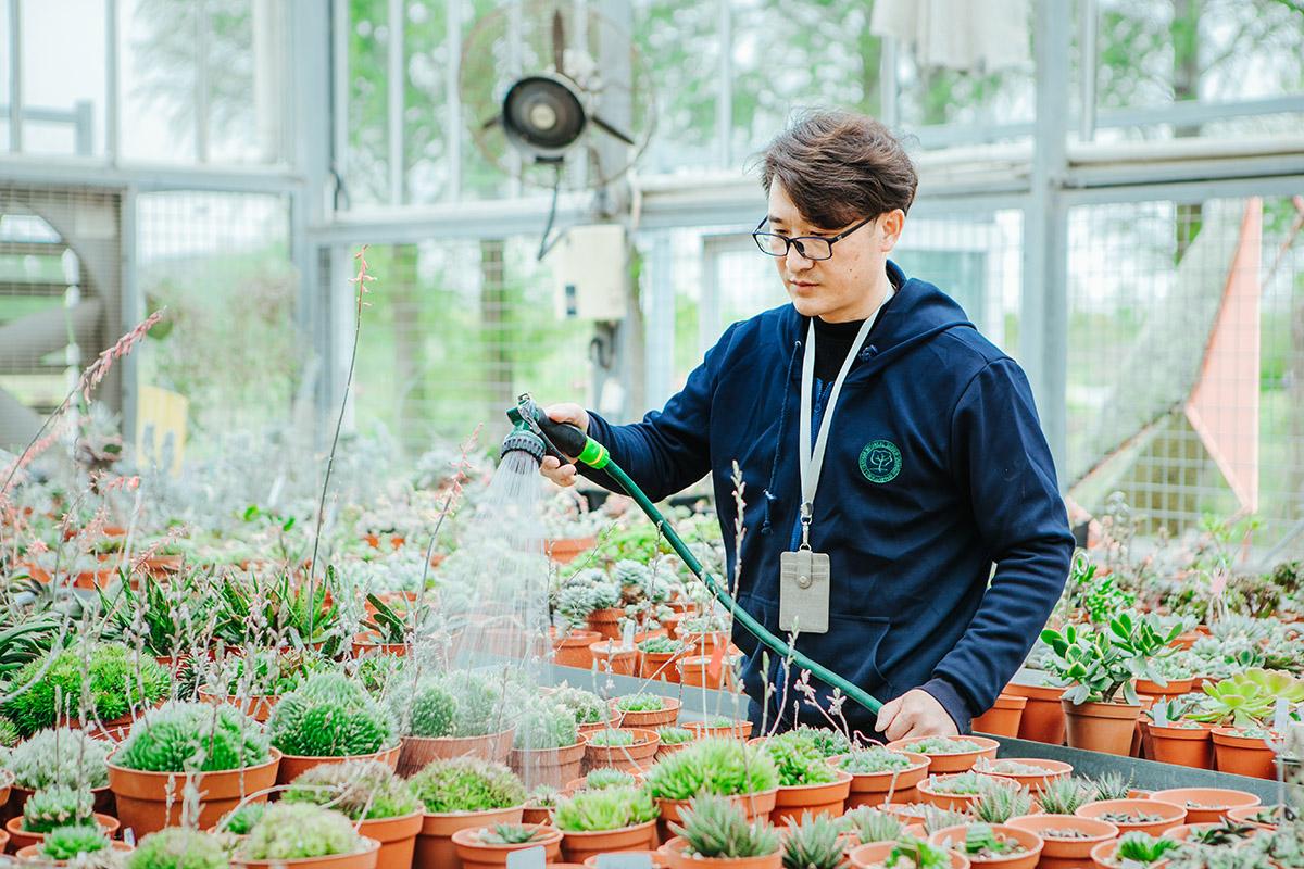"""""""植物醫生""""都是相應領域的資深專家,圖為辰山植物園溫室負責人魏頂峰。"""