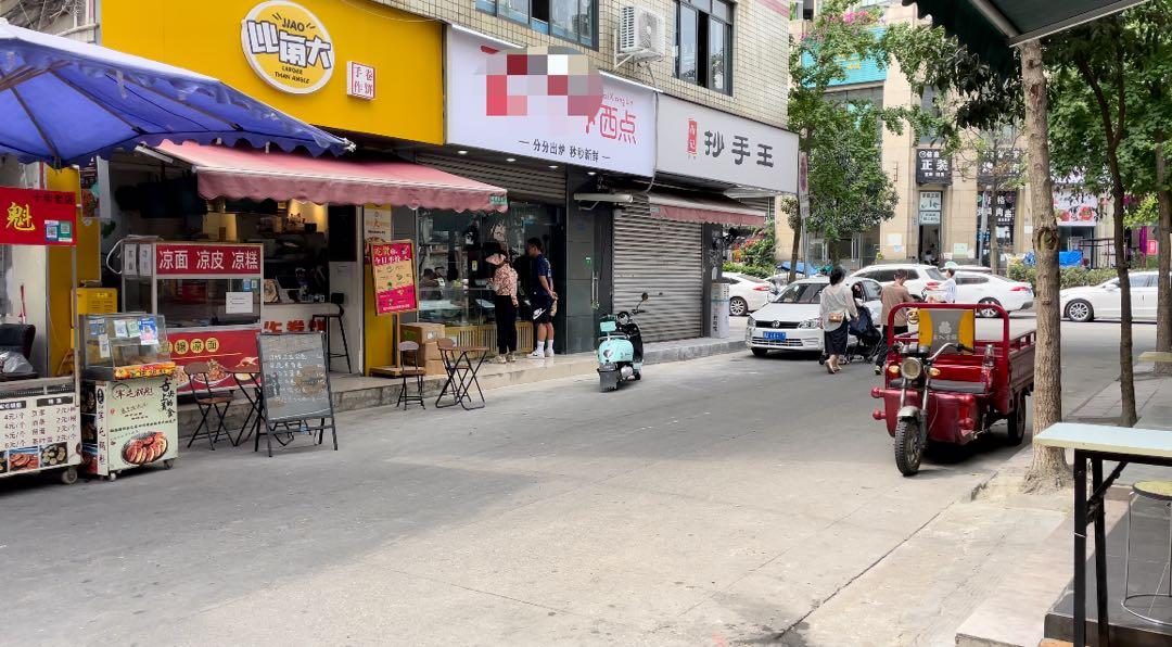 """另一家""""影子蛋糕店""""则盗用了成都一家西点铺的地址、执业执照和食品经营许可证。"""