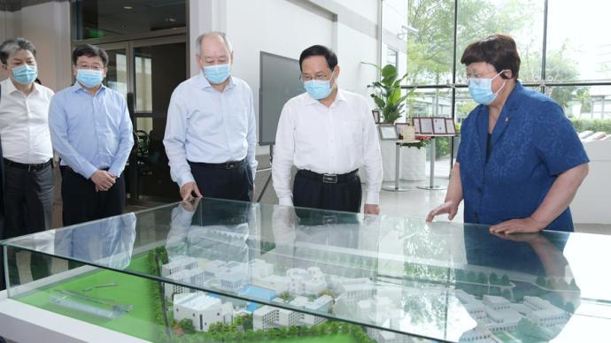 走在中外合作办学前列,李强调研中欧商学院和上海纽约大学希望发挥这些优势
