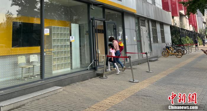 北京市中关村,家长送孩子进辅导班。任靖 摄