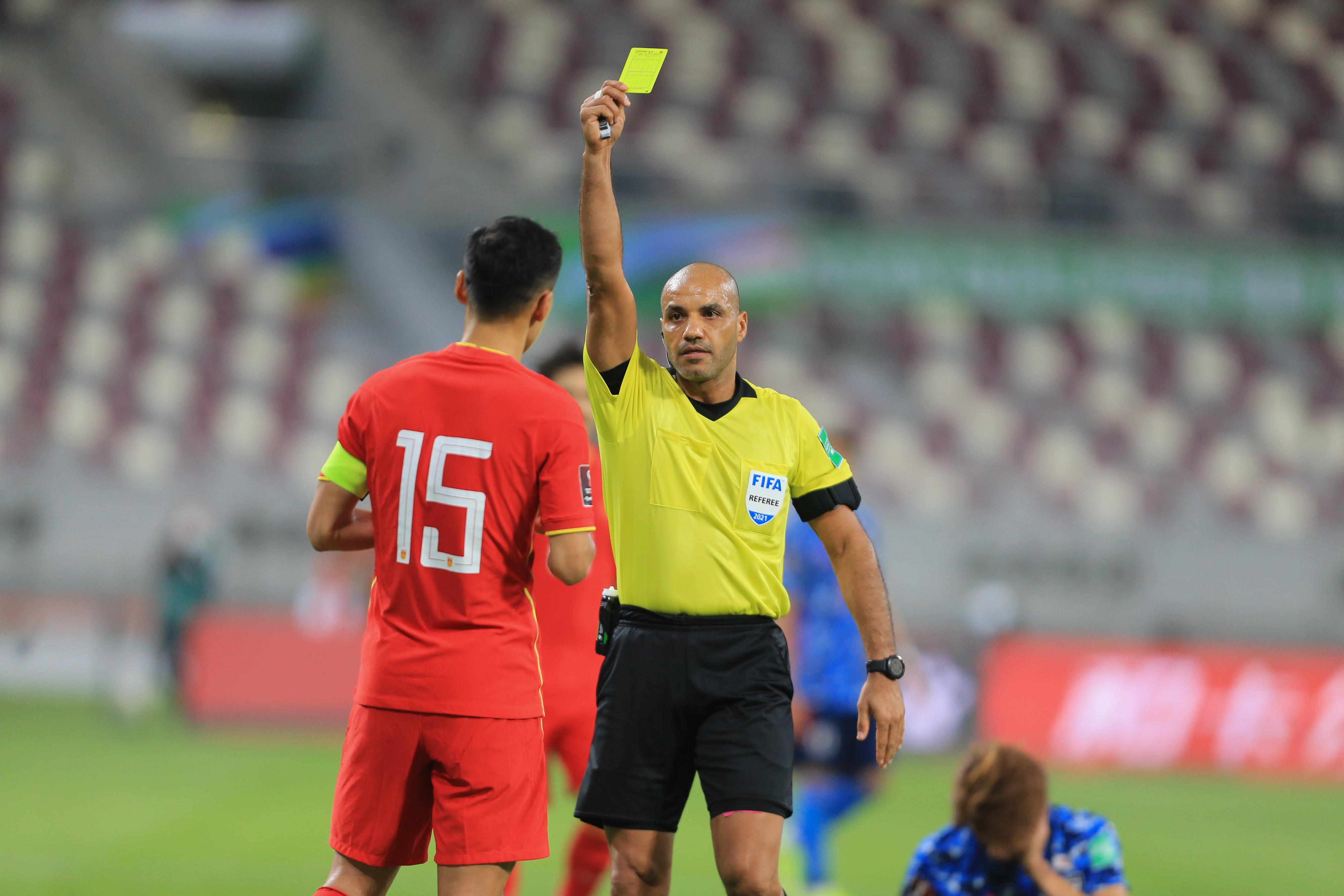 国足队长吴曦吃到黄牌。