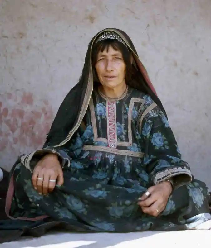 《阿富汗:村庄的声音》一书封面、林迪斯法恩在田野调查中认识的阿富汗妇女Maryam。 图源:林迪斯法恩与尼尔的博客