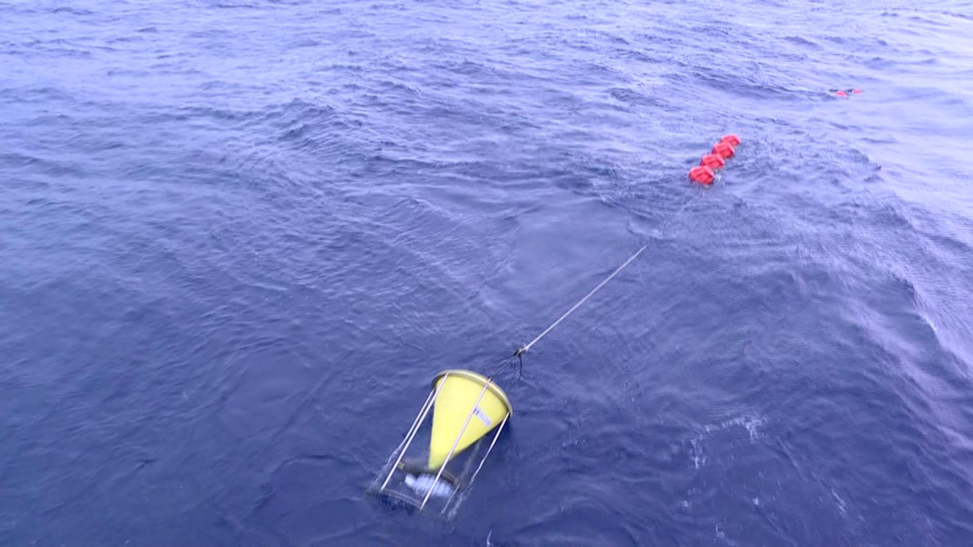 """团队在南海海试,图为""""四季潜标""""。"""