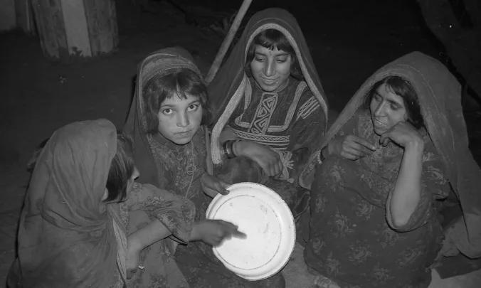 妇女在阿富汗牧场奏乐休闲,最右边是林迪斯法恩的朋友Sati,图源:林迪斯法恩与尼尔的博客