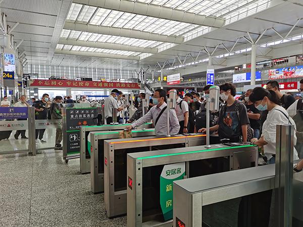 旅客经过上海虹桥站检票口。王程伟 图