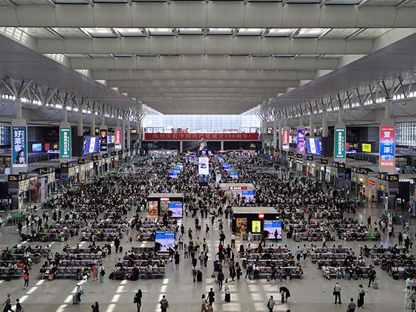 上海虹桥站候车室。王程伟 图