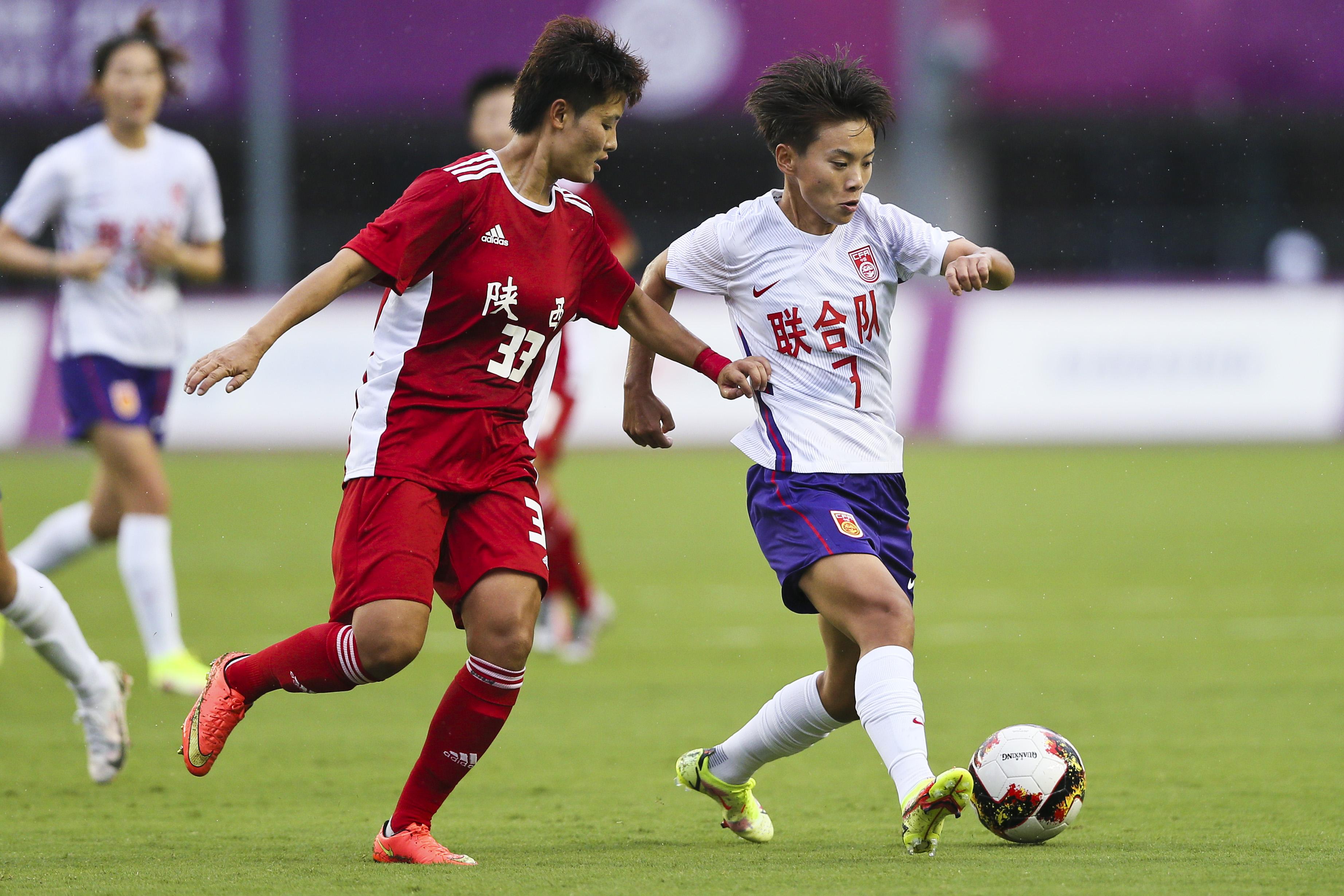 王霜(右)在比赛中。
