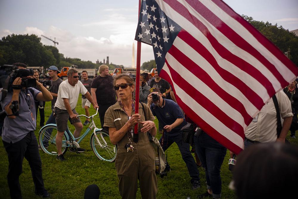 当地时间2021年9月18日,美国华盛顿特区,国会大厦附近聚集民众接受采访。