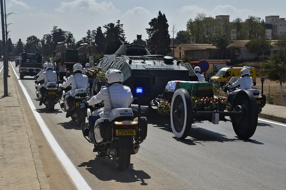 当地时间2021年9月19日,在阿尔及利亚首都阿尔及尔,安全部队护送前总统布特弗利卡的灵柩前往公墓。据阿尔及利亚国家电视台17日晚报道,阿尔及利亚前总统布特弗利卡于当天晚上去世,享年84岁。