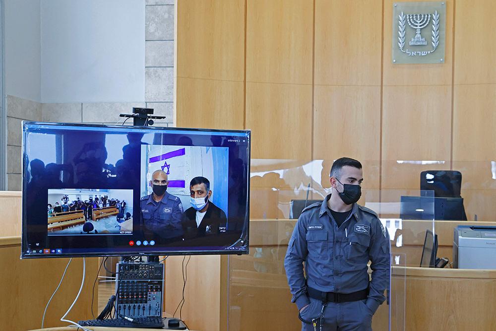 当地时间2021年9月19日,从以色列北部一所监狱逃走的巴勒斯坦囚犯穆罕默德·阿尔代(屏幕中,右一)被再次抓捕后在以北部城市拿撒勒通过视频连线出席庭审。