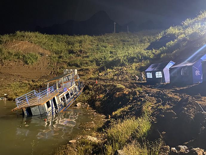 必晟平台登录:六盘水翻船事故首个救援者:驾快艇救9名学生,称不能见死不救