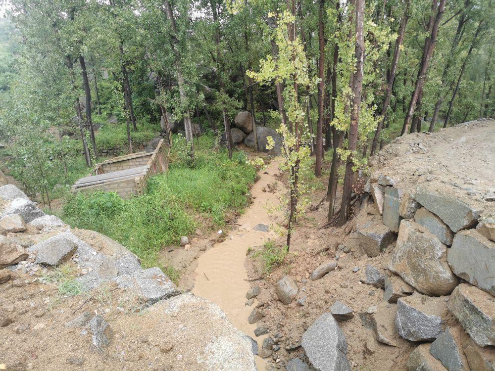 2021年9月,督察组现场拍摄,邹城市将军堂花岗岩矿区水土流失严重。督察组供图