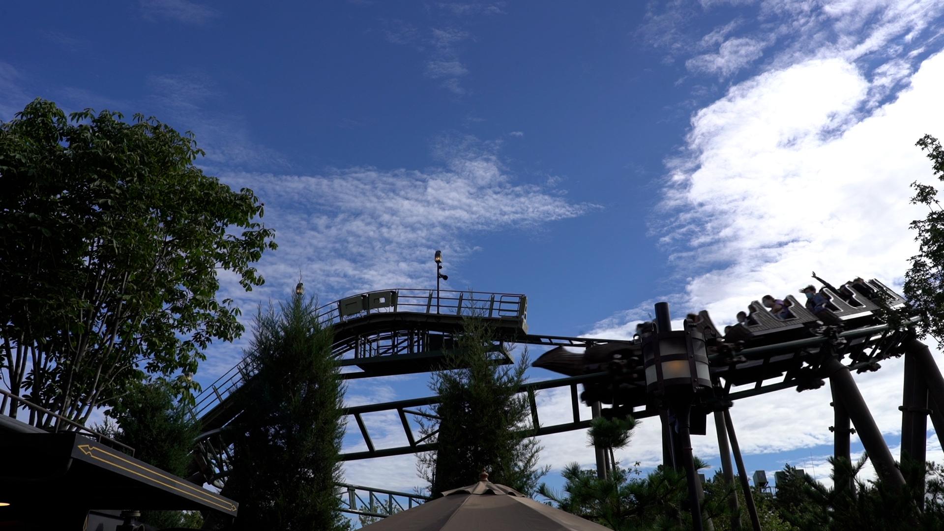 游客正在体验哈利·波特的魔法世界园区中的鹰马飞行项目。(澎湃新闻记者 秦盛 图)