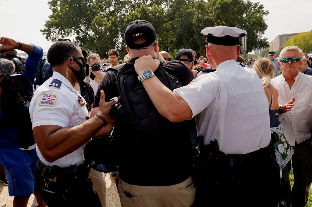 当地时间2021年9月18日,美国华盛顿特区,数百人聚集在美国国会大厦附近,举行示威集会。美国国会警察在社交媒体上说,当天共有四人被捕。