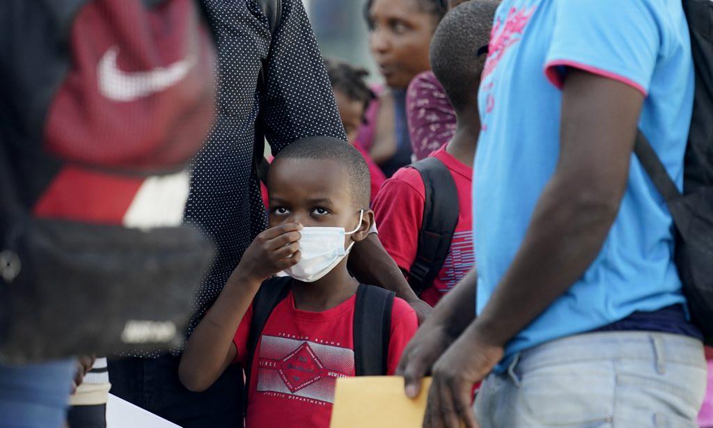 当地时间2021年9月19日,美国得克萨斯州边境城市德尔里奥,聚集在当地的非法移民在等待大巴和航班,他们中的大多数来自海地。