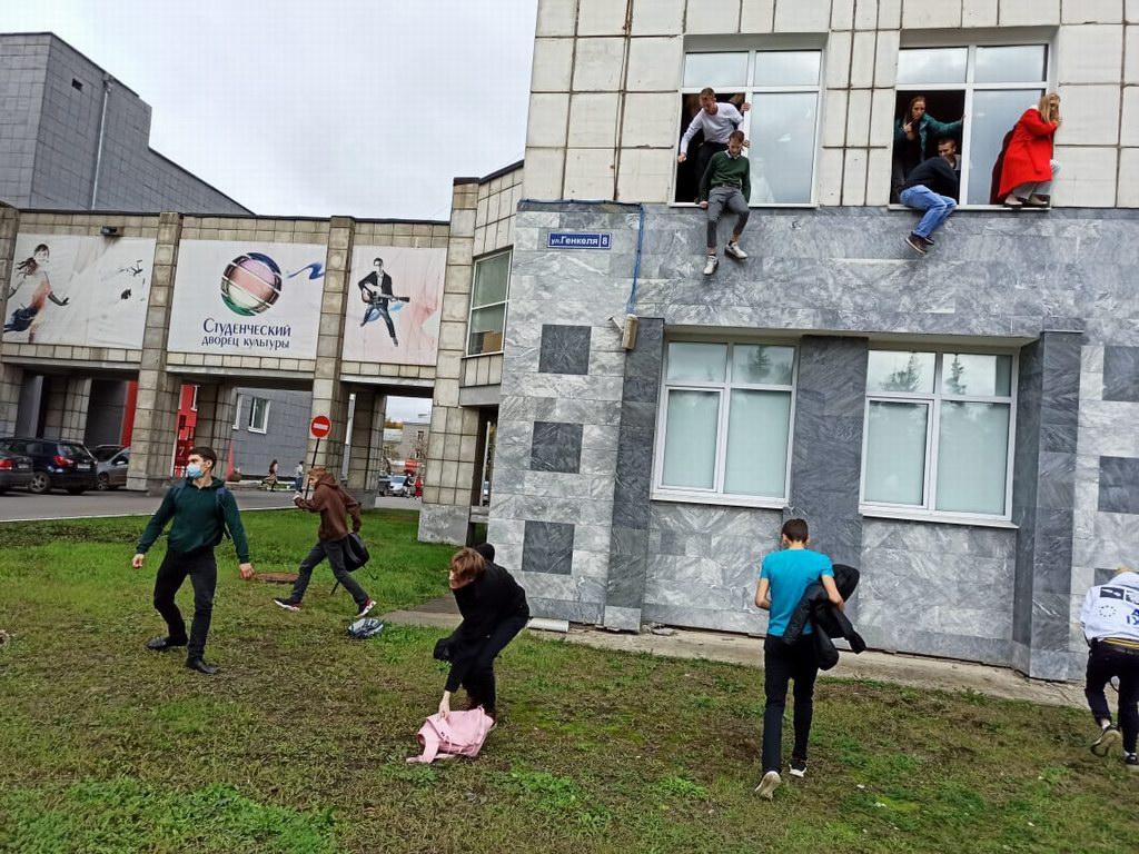 当地时间2021年9月20日,俄罗斯彼尔姆国立大学发生枪击事件,部分学生从一栋大楼跳窗逃离。