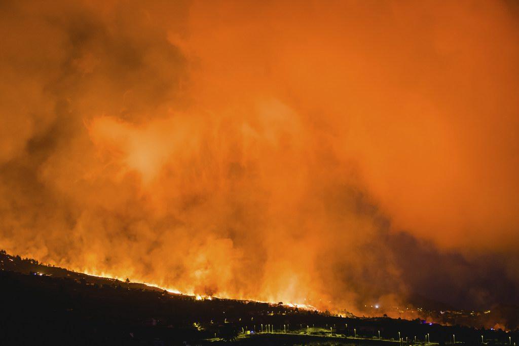 当地时间2021年9月20日,西班牙度假胜地拉帕尔马岛发生持续喷发。 当日,拉帕尔马岛发生火山喷发,当地5000多人被疏散。