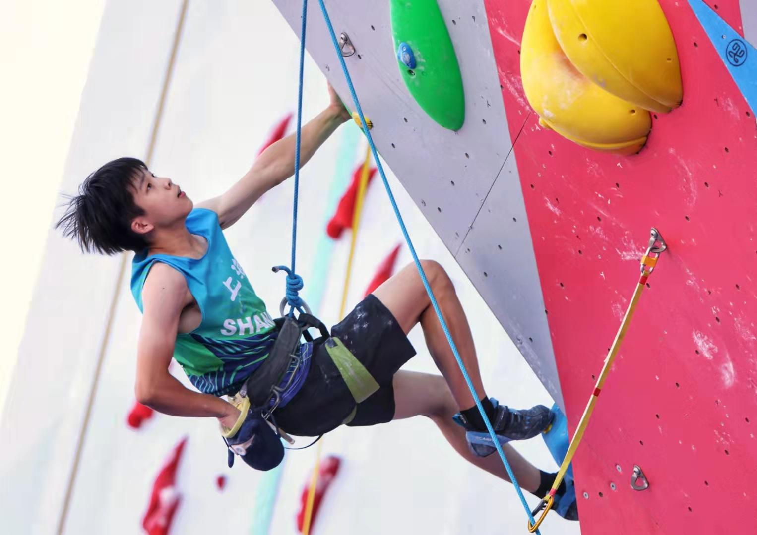 杨立豪拿下U16组男子攀岩两项全能(攀石、难度)金牌。