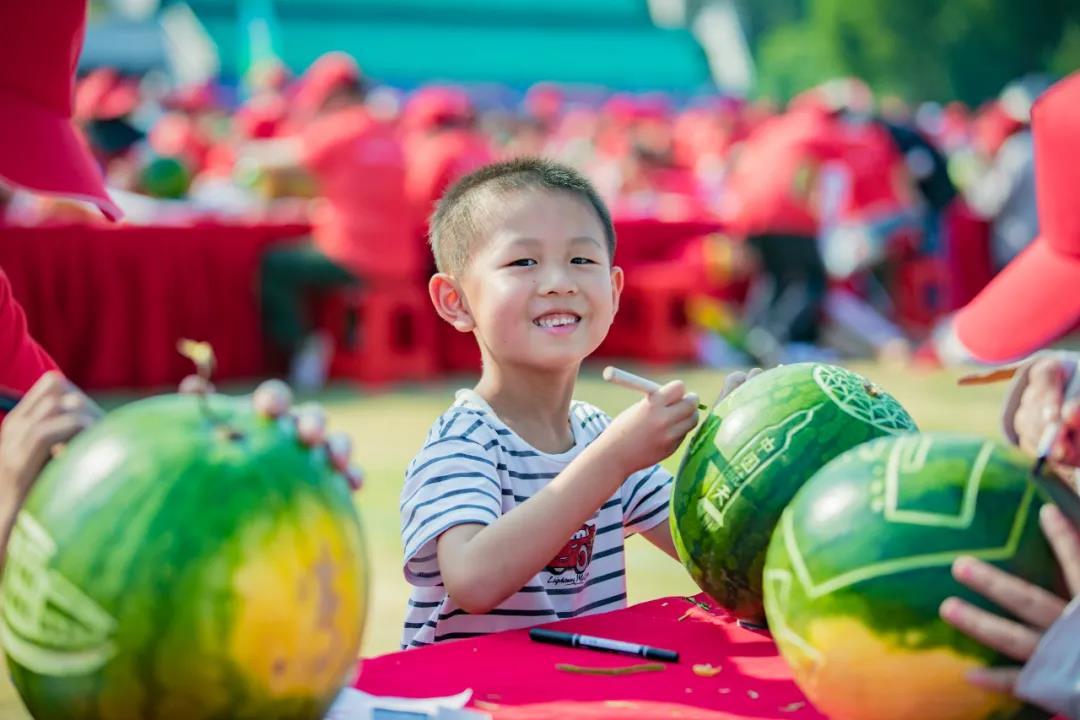 """一名参赛小选手在雕刻""""中国航天""""的故事。"""