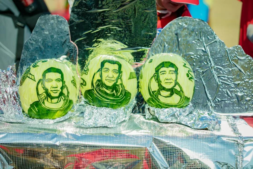 三位太空英雄的形象被参赛选手雕刻在西瓜灯上。