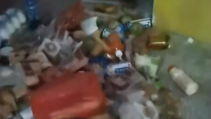贵州一学校地上堆放大量月饼,校方:为食品安全禁止学生带入