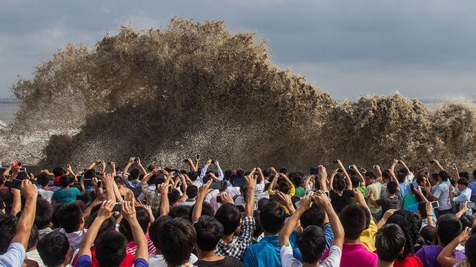 城事|钱塘江将迎十八大潮:杭州有人观潮被冲倒!请安全观潮
