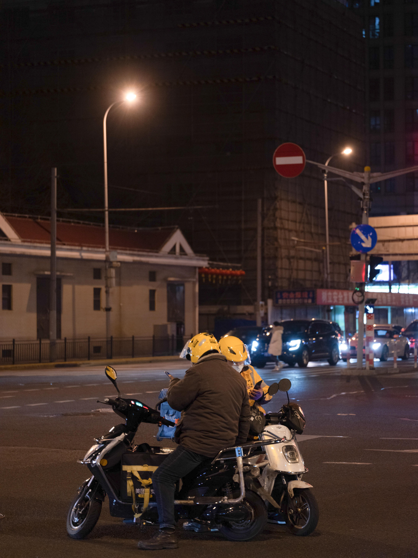 2020年3月2日,陆家浜路,外卖骑手。澎湃新闻记者 周平浪 图