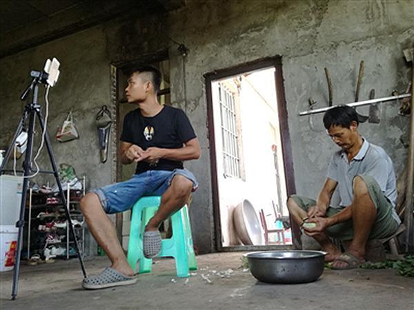90后四川农民刘金银(左)在家里直播农村日常生活。 成都商报 图